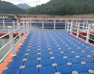 Floating swim platform