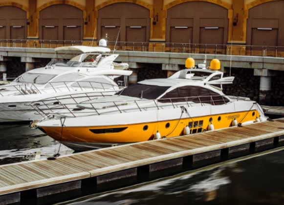 Floating dock with Yacht